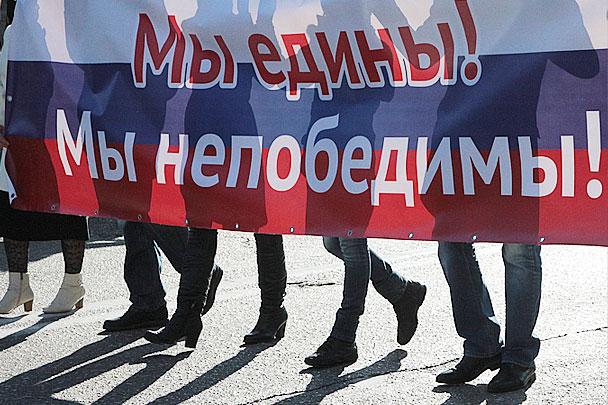На фото - кадр с праздничного шествия в Севастополе. День народного единства России в Крыму отмечали с особым размахом