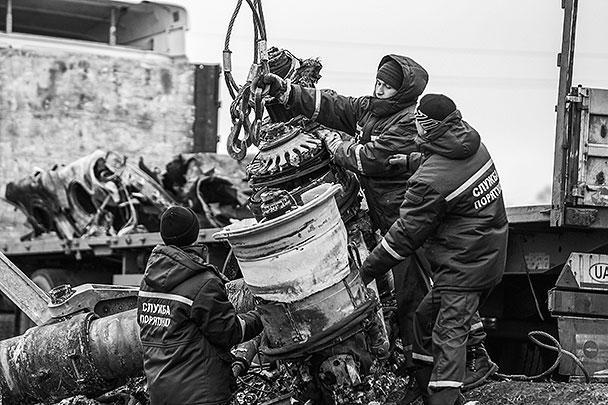 Авиакатастрофа произошла еще 17 июля. Долгое время перейти к активному сбору обломков не решались из-за периодических обстрелов на этой территории и отсутствия договоренностей между Киевом и ополченцами