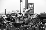 Первая фура с обломками уже отправилась на ближайшую железнодорожную станцию. Оттуда их доставят сначала в Харьков, а потом в Нидерланды (фото: Михаил Почуев/ТАСС)