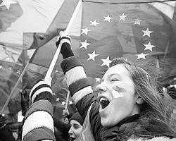 Студенты вышли на митинг в знак поддержки евроинтеграции. Киев, ноябрь 2013 года (фото: Reuters)