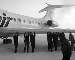 На севере Красноярска пассажирам пришлось толкать примерзший ко взлетной полосе самолет (Фото: кадр из видео)
