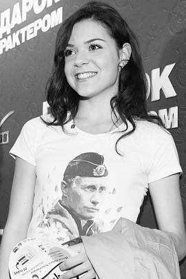 В мае Аделина Сотникова удивила некоторых, когда пришла в кино в майке с изображением президента России Владимира Путина