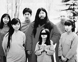 Члены известной в свое время японской секты Аум Синрикё (фото: CULT MEMBER/HANDOUT/EPA/ТАСС)