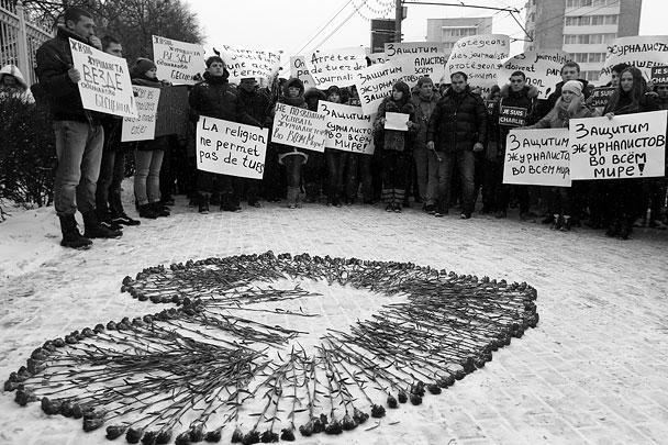 Организаторами памятной акции стали российские молодежные организации, молодые журналисты. Многие пришли сюда, увидев информацию о ней в социальных сетях