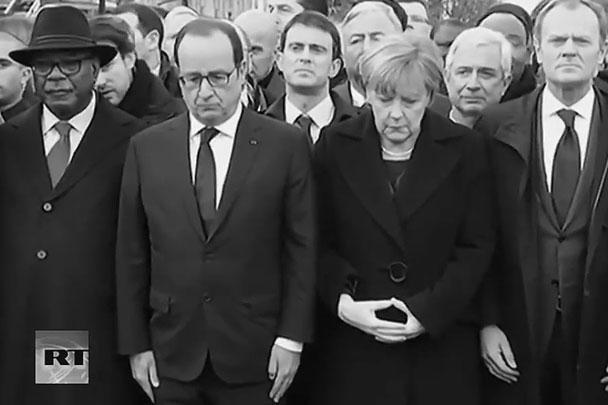 Канцлер Германии Ангела Меркель заняла место во главе колонны, рядом с президентом Франции Франсуа Олландом
