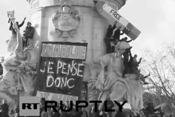 Главным отличительным знаком акции стал карандаш – символ редакции Charlie Hebdo и борьбы за свободу слова. Митингующие принесли с собой надувные карандаши с надписями «Не боимся» и «Свобода»