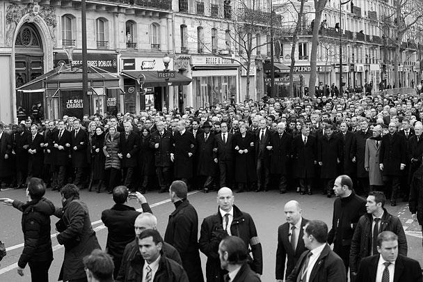 Шествие началось в 15.00 по парижскому времени (17.00 мск). Марширующие прошли по улицам столицы Франции двумя колоннами. Главы государств, взявшись под руки, маршировали в составе основной колонны. Ее маршрут пролегает от площади Республики до площади Нации по бульвару Вольтера