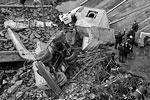 Бетонная плита моста упала на бытовку строителей (фото: Виталий Невар/ТАСС)