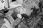 Тела двоих погибших достают из-под завалов, еще два тела пока остаются под грудой камней и техники (фото: Виталий Невар/ТАСС)