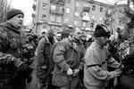 Ополченцы ДНР доставили на место обстрела троллейбусной остановки в Донецке пленных украинских военных, которые попросили у местных жителей прощения за ведение боевых действий в Донбассе (фото: Reuters)