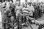 После того как колонны украинских военных прошли по улицам Донецка, по тому же маршруту проехали поливальные машины, которые омывали улицу так же, как это делалось после прохождения по Москве в июле 1944 года колонн пленных солдат гитлеровской армии (фото: EPA/ИТАР-ТАСС)