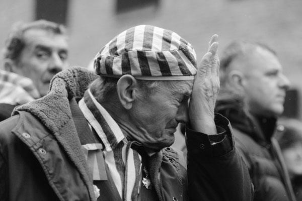 Около 300 бывших узников нацистского концлагеря Освенцим, располагавшегося на юге Польши, собрались на его территории, чтобы отметить семидесятую годовщину освобождения. Они возложили траурные венки около стен мемориального комплекса. Делегацию сопровождал лично президент Польши Бронислав Коморовский