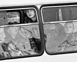 Днепропетровские призывники могли бы сбежать, сдаться ополченцам и перейти на их сторону. Но они этого как правило не делают (Фото: Robert Ghement/EPA/ТАСС)