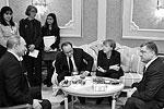 Как отмечали журналисты, присутствовавшие на переговорах, лидерам «четверки» приходилось подкреплять силы минеральной водой и конфетами не один раз – особенно после бессонной ночи. «Шоколадный магнат» Порошенко, впрочем, довольно «кисло» оценил итоги дискуссии, заявив о неких неприемлемых условиях, выдвинутых российской стороной (фото: Николай Лазаренко/пресс-служба президента Украины/ТАСС)