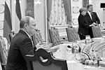 В отсутствие новостей из зала заседаний СМИ пробавлялись слухами. Несмотря на то, что все происходившее в зале было зафиксировано на фото- и видеокамеры, в интернете появилась фотография, подвергшаяся обработке, на которой Владимир Путин держал в руках сломанный карандаш. Украинские масс-медиа, а вслед за ними и многие другие подхватили эту «новость» и растиражировали ее, проводя параллель с Виктором Януковичем, который ранее сломал карандаш во время одной из своих пресс-конференций. Статьи с этой «новостью» сопровождались едкими комментариями пользователей соцсетей (фото: Reuters)