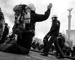 Пусть перестанут называть «революцией достоинства» прошлогодний кошмар и назовут его «началом новой руины» те, кто дал себя обмануть (фото: Евгений Малолетка/ТАСС)