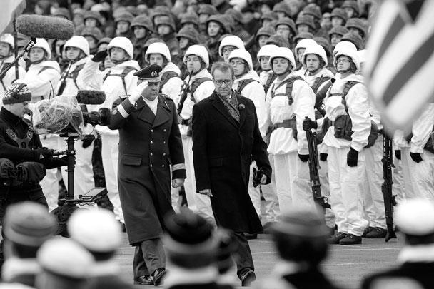 Президент Эстонии Томас Хендрик Ильвес прошел перед строем солдат во время парада