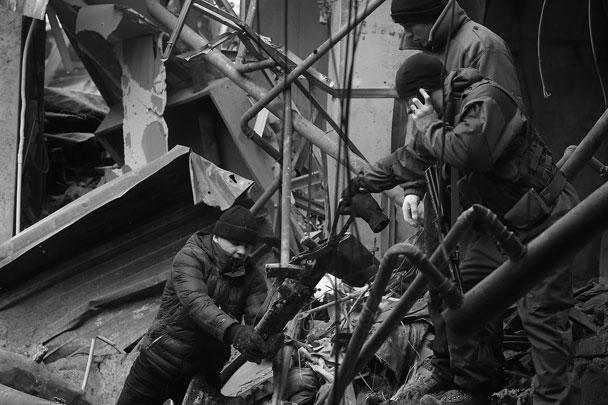 Помимо сотрудников МЧС и пленных, в очистке здания принимают участие пиротехники – на случай обнаружения там взрывоопасных веществ