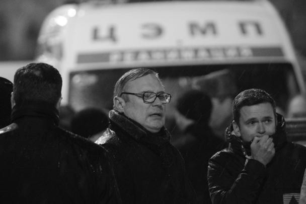Соратники покойного – сопредседатель партии «РПР-Парнас» Михаил Касьянов (в центре) и оппозиционер Илья Яшин (справа) – на месте убийства Бориса Немцова