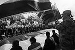 В Симферополе участники торжественного митинга развернули 18-метровый триколор, год назад ставший символом «русской весны» (фото: Reuters)