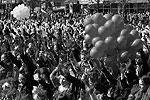 Юные крымчане участвовали во флешмобе «Тебе, Россия, посвящается!». Школьники, участвующие в кружках Дворца детского и юношеского творчества Симферополя, прошли по центральной улице крымской столицы под звуки барабанов. Дети несли в руках воздушные шарики цветов российского триколора, скандируя: «Крым – Россия лучше всех! Крым с Россией ждет успех!» Перед началом представления участники празднеств организовали музыкальный флешмоб, после которого запустили в небо воздушные шары (фото: Reuters)