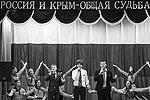 Выступление школьников во время урока, который провел глава Республики Крым Сергей Аксенов. Урок в формате «диалог с лидером» прошел в симферопольской школе «Открытый космический лицей» (фото: Евгений Биятов/РИА «Новости»)