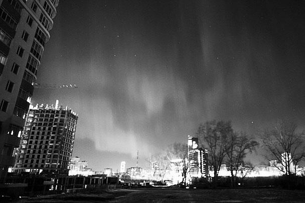 Небо Екатеринбурга также было «подсвечено» очень красиво. Причем, по прогнозам синоптиков, в ближайшие дни жители европейской части России могут вновь увидеть северное сияние