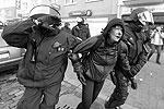 Зафиксировано тысяча сто случаев правонарушений. Раненые есть как со стороны протестующих, так и со стороны полиции (фото: Boris Roessler/EPA/ТАСС)