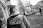 Демонстранты закидывают полицию камнями, обливают краской, периодически скандируя лозунги «Смерть капитализму» и «К черту Евробанк»  (фото: Reuters)
