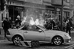 Демонстранты подожгли несколько полицейских автомобилей и мусорных баков, но теперь горят и гражданские автомобили. Ущерб пока не оценен   (фото: Reuters)