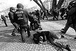 В результате действий полиции получили ранения многие демонстранты (фото: Reuters)
