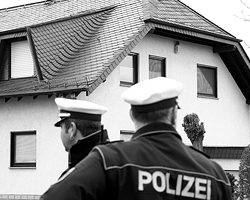 Полиция прибыла к дому, где жил Андреас Лубитц (фото: Ralph Orlowski/Reuters)