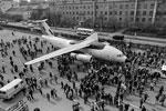 Давно обещанную и много раз откладывающуюся презентацию нового самолета марки Ан провели в Киеве. Ан-178, как заявляется, должен стать заменой старой, еще советского времени модели Ан-12. Самолет был представлен с большой помпой, однако есть сомнения, есть ли для него рынок сбыта