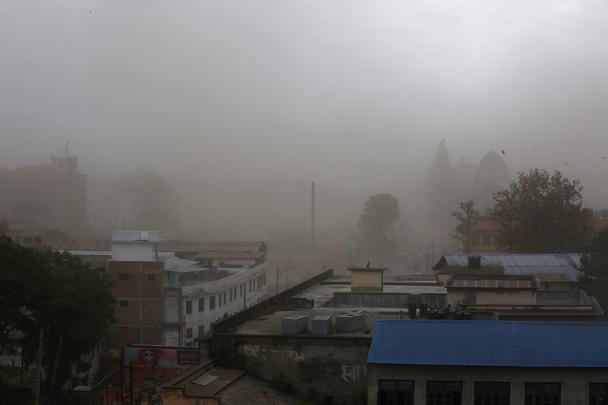 В Непале в результате землетрясения магнитудой 7,9 погибли не менее 400 человек. В столице Непала Катманду под обломками зданий могут находиться сотни человек. По неподтвержденным данным, в горах Непала пропали порядка 15 россиян-альпинистов