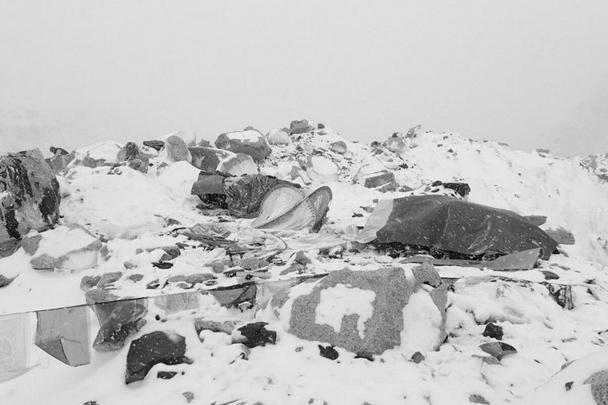 Мощное землетрясение магнитудой 7,9, произошедшее в субботу утром, 25 апреля, в столице Непала Катманду вызвало лавину на горе Эверест, самой высокой точке мира, на которую ежедневно взбираются альпинисты. «Лавина огромна, на горе масса людей», - написал румынский альпинист Алексей Гавань на своей страничке в микроблоге Twitter