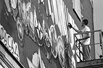 Работают над портретом трое молодых художников, мастеров граффити (фото: Марина Лысцева/ТАСС)