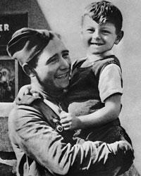 Чехословакия. Прага. Советский воин-освободитель с ребенком на руках. 1945(Фото: ТАСС)