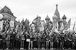 Участники шествия профсоюзов, посвященного Дню международной солидарности трудящихся, собрались на Красной площади с транспарантами и флагами  (фото: Сергей Фадеичев/ТАСС)