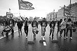 На Большом Каменном мосту участники первомайской демонстрации левых сил произвели импровизированную уборку (фото: Станислав Красильников/ТАСС)