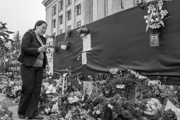Одесситы приходили на Куликово поле и до начала официальных мероприятий. Они приносили цветы и венки, свечи и лампады, фотографии погибших