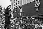 Одесситы приходили на Куликово поле и до начала официальных мероприятий. Они приносили цветы и венки, свечи и лампады, фотографии погибших (фото: Павел Пахоменко/ТАСС)