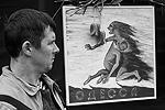 Жители Одессы приносили картины, посвященные произошедшему год назад страшному событию (фото: Архип Верещагин/ТАСС)