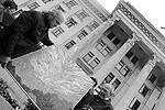 Жители Одессы приносили картины, посвященные произошедшему год назад страшному событию (фото: dumskaya.net)