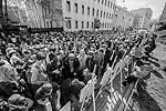 Участники акции, организованной московской общественностью, установили у стен здания импровизированную уличную выставку «Дом войны», состоящую из фотографий с места пожара в Доме профсоюзов (фото: Вороширин Дмитрий)