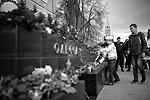 """Участники траурной акции памяти по погибшим в Одессе 2 мая 2014 года в Москве возложили цветы к стеле в Александровском саду (фото: Илья Питалев/РИА """"Новости"""")"""