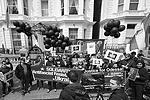 """Участники акции памяти по погибшим в Доме профсоюзов в Одессе 2 мая 2014 года возле посольства Украины в Лондоне (фото: Алекс Макнотон/РИА """"Новости"""")"""