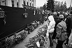 В Одессе в годовщину трагедии 2 мая прошел митинг памяти погибших в Доме профсоюзов. Тысячи горожан пришли на место, где в те трагические дни разворачивались страшные события. Родственники жертв и неравнодушные люди приносили цветы и венки, свечи и лампады, фотографии погибших (фото: )