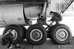 После посадки в аэропорту индийской столицы Нью-Дели выяснилось, что долгий перелет отрицательно сказался на стареньком Ил-76 ВВС Украины, и лететь дальше самолет просто не может (фото: Кеша Пупкин/durdom.in.ua)