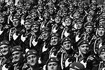 По Красной площади прошли представители высших военных вузов, Нахимовского училища, а также солдаты Западного округа, МЧС, внутренних войск МВД, ВДВ и пограничники (фото: Reuters)
