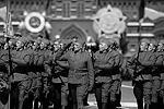 По площади шли представители различных соединений в форме и со снаряжением времен Великой Отечественной. Так, пехотинцы пронесли знаменитые винтовки Мосина, которые были основным оружием на первом этапе войны. Затем строем прошли военные летчики, моряки, саперы, фронтовые разведчики, рота ополченцев – ведь тысячи советских граждан, не имевших военного опыта, добровольно встали тогда на защиту Отечества (фото: Reuters)